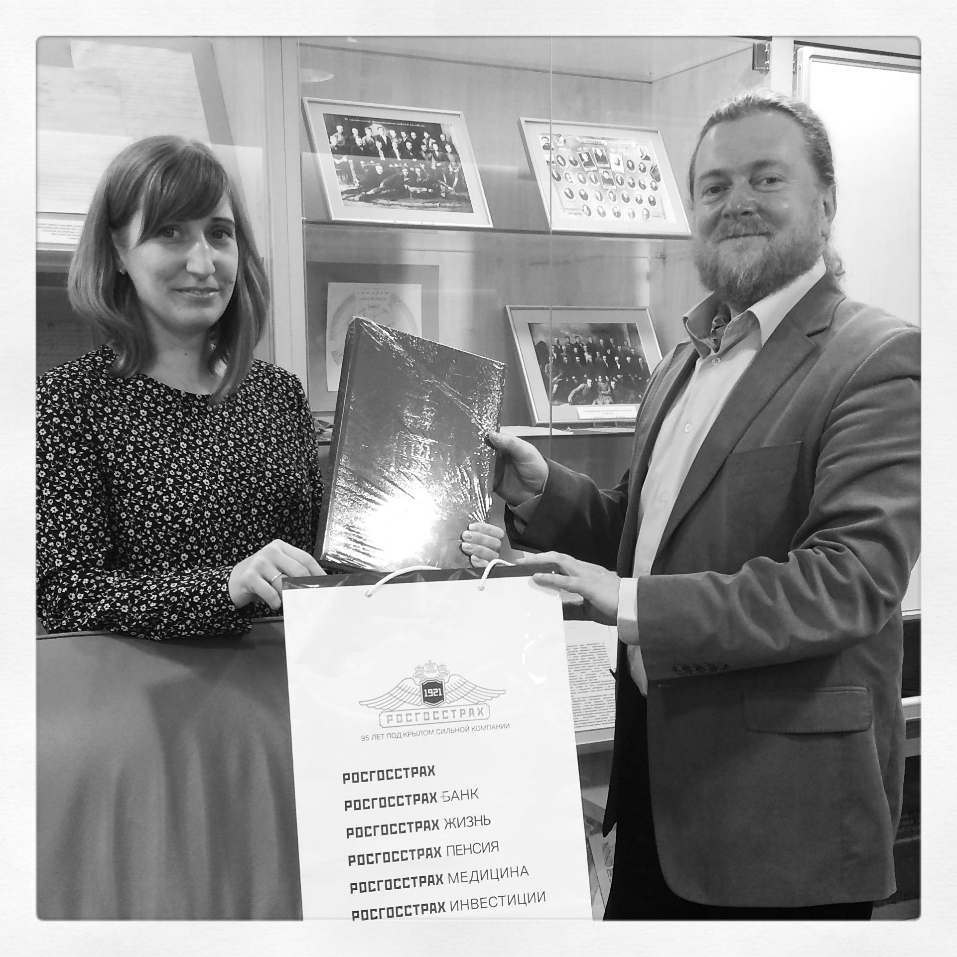 Вручение памятных подарков Артёму Кузнецову в центральном офисе компании Росгносстрах